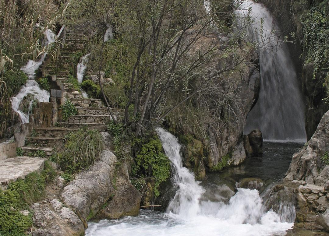 Recorrido de sendas, saltos, cascadas, tolls, presas y azudes de las Fonts del Algar