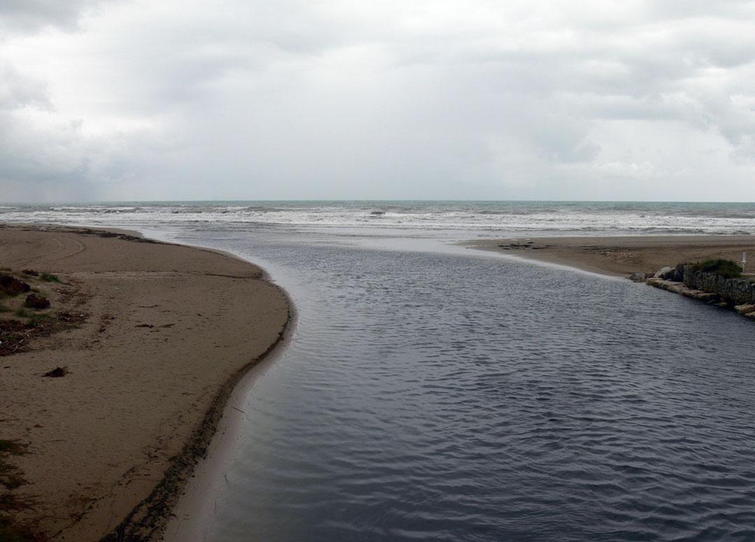 Desembocadura del río Racons en la playa de Les Devesses
