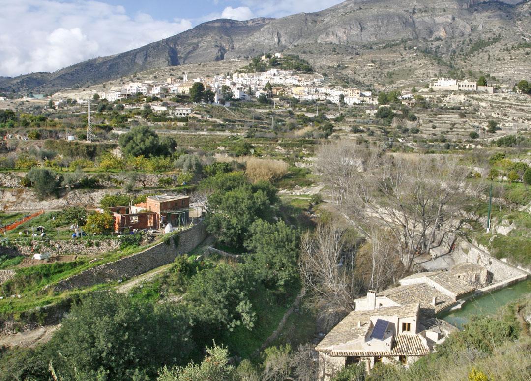 Sella. Pintoresco casco urbano, con sus estrechas calles empinadas, está asentado en la ladera sur de la sierra Peña de Sella